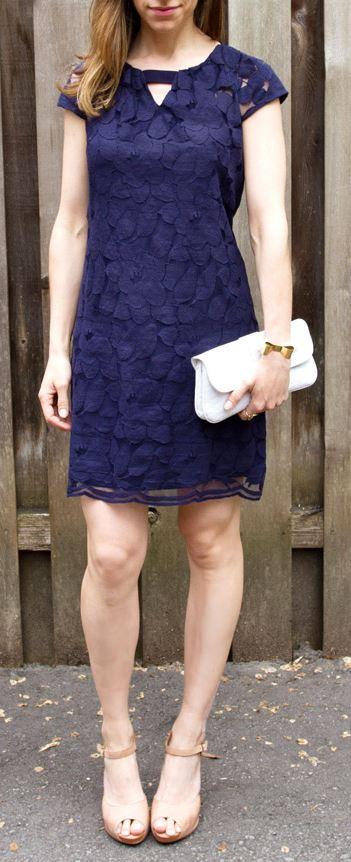 Lacivert elbise ve topuklu ayakkabı kombini