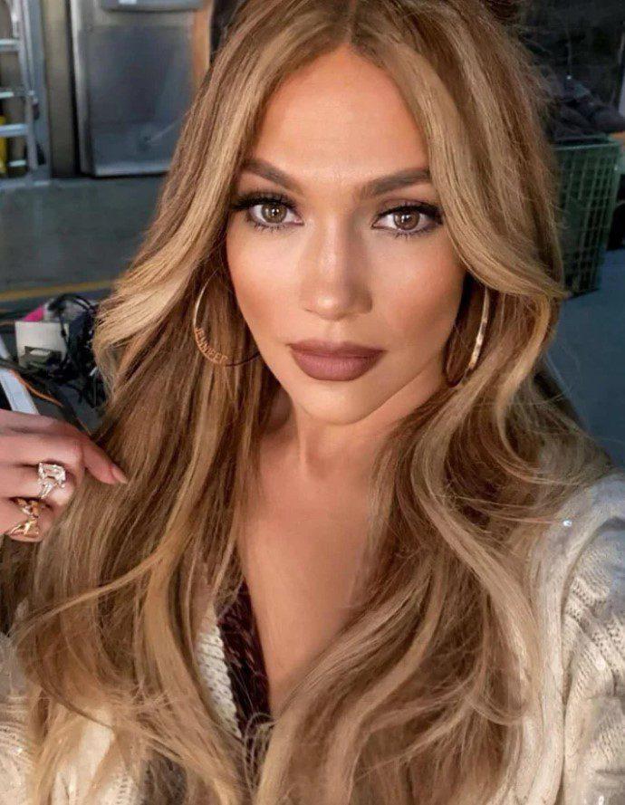 Jennifer Lopez Açık Fındık Kabuğu Saç Rengi Uygulaması