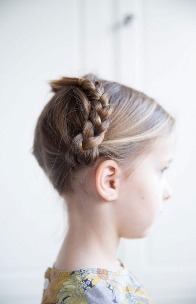 Üstten Örgülü Kız Çocuğu Saç