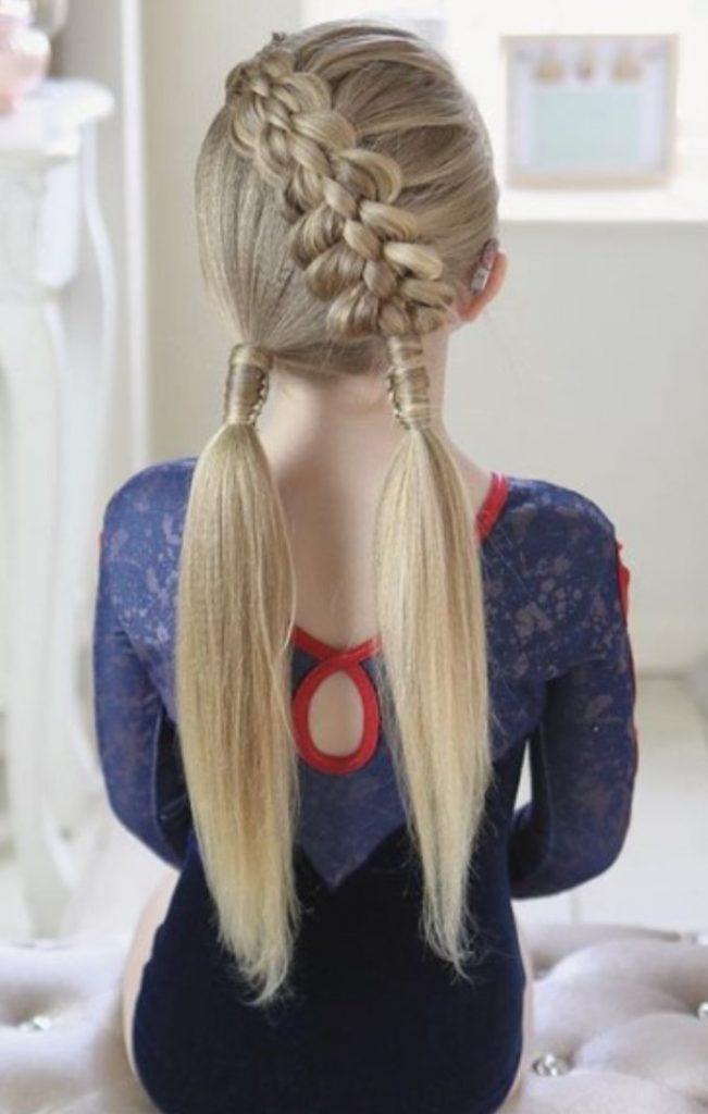 Uzun Sarı Örgülü Saç Modeli
